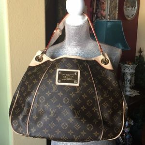 LOUIS VUITTON NEVER USED.